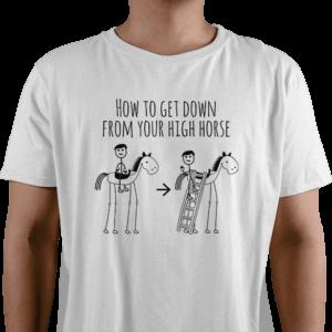 """Billede af en hvid t-shirt med det danske ordsprog at komme ned fra sin høje hest. Tegningen viser en mand på en meget høj hest, som kravler ned af hesten da han får en stige. Ovenover står der """"How to get down from your high horse"""", som er den direkte danske oversættelse af udtrykket til engelsk."""